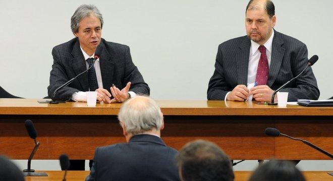 Mozart Neves Ramos (à esq) em foto de 2011, durante audiência na Câmara; especialista diz que programas paralisados na esfera federal podem afetar a já deficiente educação brasileira