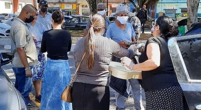 ONG distribui 4 mil refeições para moradores de rua de SP e Osasco