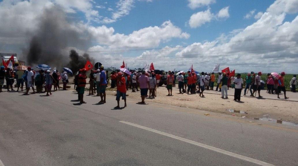 MST fecha trechos de duas rodovias na Bahia