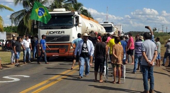 Caminhoneiros bloqueiam rodovia na cidade de Lucas do Rio Verde (MT)