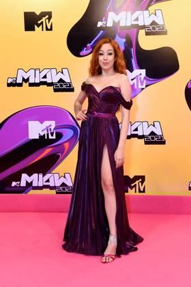 Camila Pudim arrasou com um vestido fendado