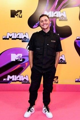 Matheus Novinho também elegeu o preto para a noite de premiação