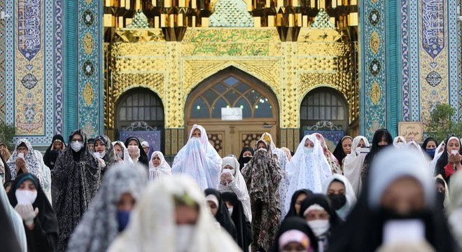 Muçulmanos praticam distanciamento social enquanto rezam no Irã