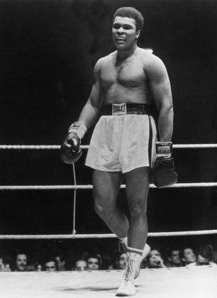 Há exatos cinco anos, morria uma lenda. Em 3 de junho de 2016, Muhammad Ali, que lutou durante toda a vida, seja dentro ou fora dos ringues, não resistiu a sua última luta, que já durava 30 anos. O Parkinson teria sido causado justamente por conta dos socos que levou nas lutas de boxe