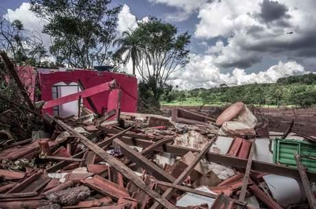 Muitas casas foram completamente destruídas