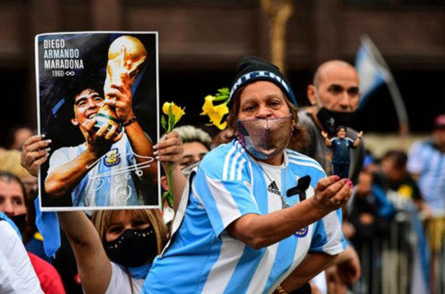 Muitas fotos e cartazes são usados para homenagear Maradona.