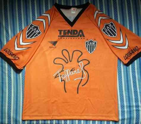 Muitos acreditam que essa camisa laranja que ele usou no Atlético MG em 1997 é a mais bonita. De cor laranja, ela traz o símbolo do mascote do clube, além da assinatura do goleiro