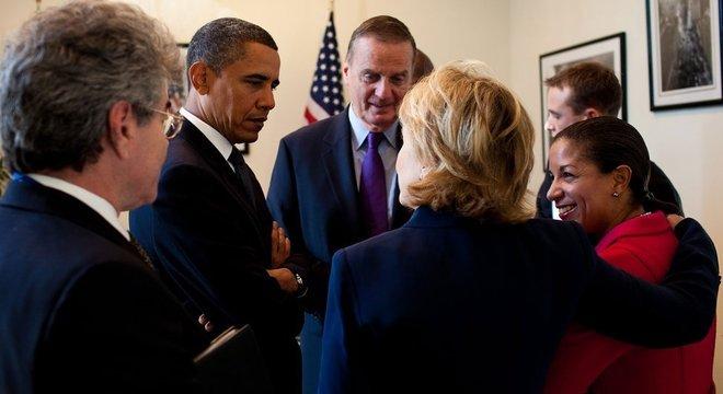 Muitos democratas creem que Rice adicionaria brilho ao cargo de vice, por sua experiência; acima, com Obama e Hillary Clinton