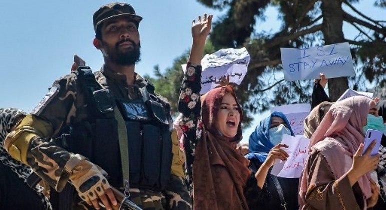 Mulheres afegãs gritam ao lado de um talibã durante manifestação anti-Paquistão, em Cabul
