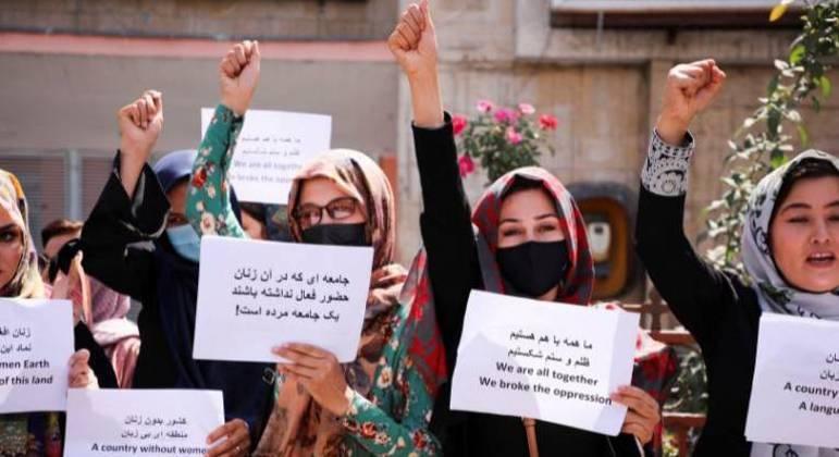 Mulheres protestam para pedir ao Talibã a preservação de suas conquistas, em Cabul