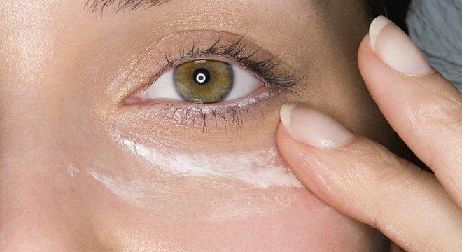 A área ao redor dos olhos é uma das mais sensíveis do corpo ao efeito maléfico da luz do Sol