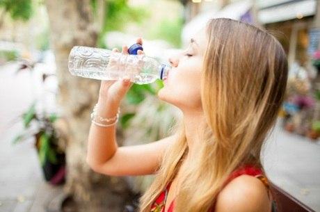 Se manter hidratado é importante para evitar insolação
