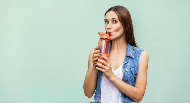 Muita gente acredita que devemos beber pelo menos oito copos de água por dia