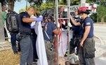 Bombeiros resgataram uma mulher que estava presa sem roupas dentro de um bueiro na Flórida (EUA). A mulher havia sido classificada como desaparecida e as autoridades ainda não sabem exatamente como ela ficou presa lá