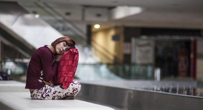 Acordar cansada e sentir sonolência ao longo do dia podem configuram a fadiga