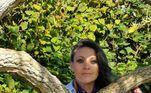Kate Cunningham, de 38 anos, comemorou suas Bodas de Papelcom dois amigos edeixou seu namorado humano e os dois filhos em casa
