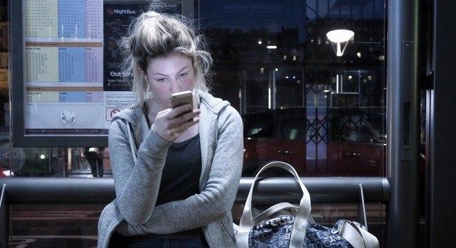 Aumento em apps de espionagem pode estar relacionado à violência contra mulheres
