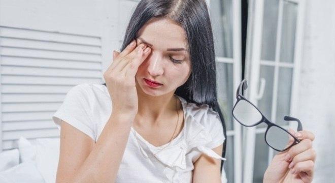 Coçar os olhos sem lavar as mãos aumenta a chance de conjuntivite