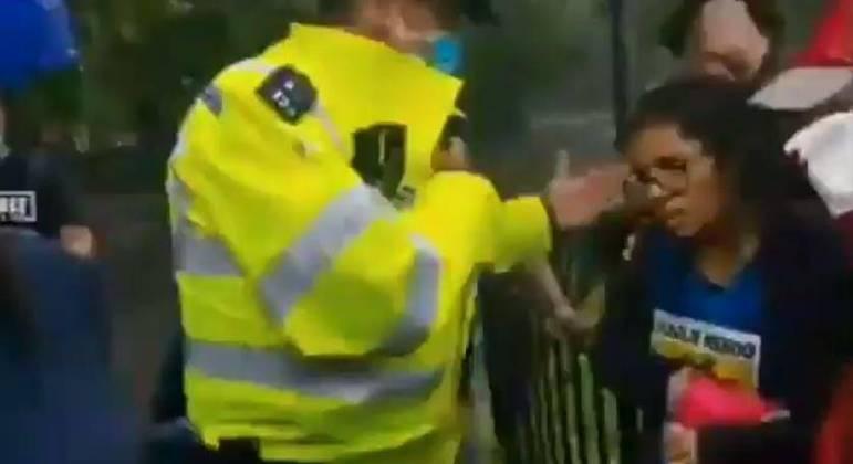 Policiais que foram ao local encontraram a mulher com um corte pequeno na cabeça