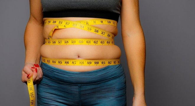 Segundo o artigo de Andrew J. Brown e Ruben Meerman, a gordura eliminada se converte, principalmente, em dióxido de carbono e em água