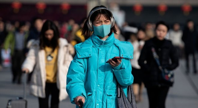 Teme-se que feriado do Ano-Novo Lunar, quando centenas de milhões de chineses viajam, favoreça propagação do vírus