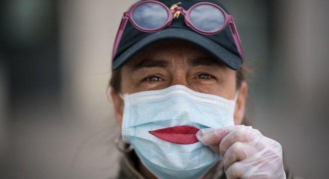 O benefício individual de usar uma máscara é mais incentivo para seu uso
