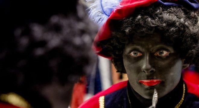 A Holanda tem costume de usar 'blakcface' num festival anual para criar o personagem Black Pete, que acompanha o Papai Noel