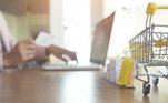 Mulher comprando online.