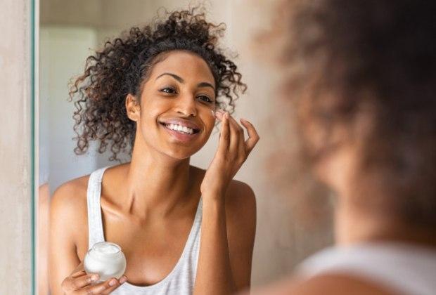 """Use hidratante logo após o banhoDe acordo com Bruna, a aplicação do hidratante deve ser feita logo após o banho porque o fato de a pele ainda estar um pouco úmida otimiza a hidratação. """"O ideal é usar, no mínimo, uma vez ao dia no corpo"""", recomenda. """"Hoje, existem inclusive muitas opções para o tratamento do rosto. Com ajuda de um profissional, cada pessoa pode escolher o que é mais adequado à sua pele"""", observa."""