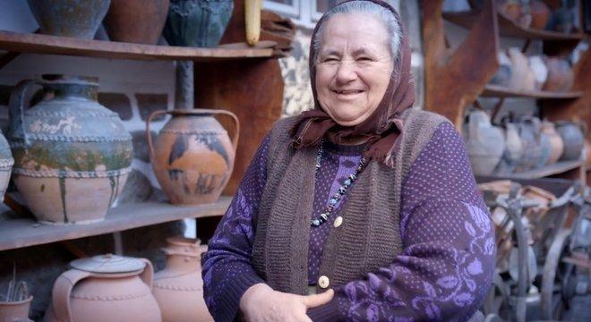 Mulher da Romênia que trabalha como artesã