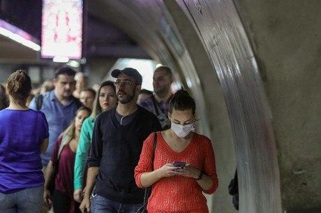 Jovem usa máscara no Metrô de São Paulo