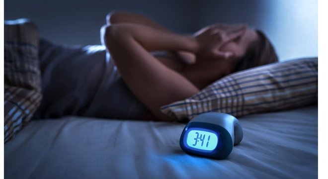 Especialistas não aconselham que pessoas levem preocupações para a cama: é preciso pensar em algo agradável