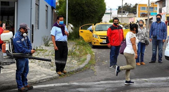 Família é desinfetada após idoso morrer em táxi com suspeita de covid-19