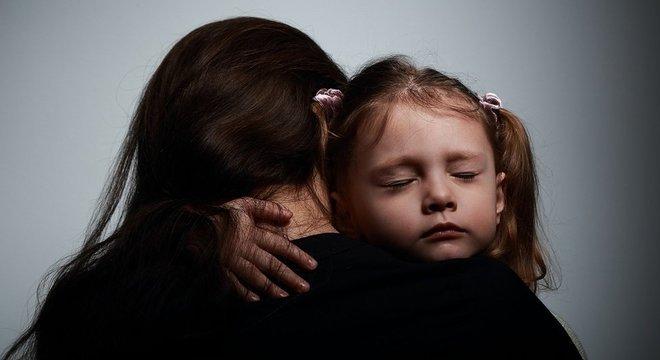 Identificar a causa dos problemas enfrentados pela criança é um passo importante para que seus pais possam ajudá-la