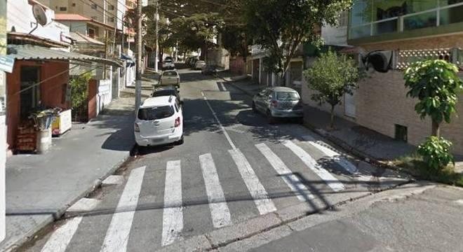 Condutor do veículo perdeu a direção e colidiu contra um poste