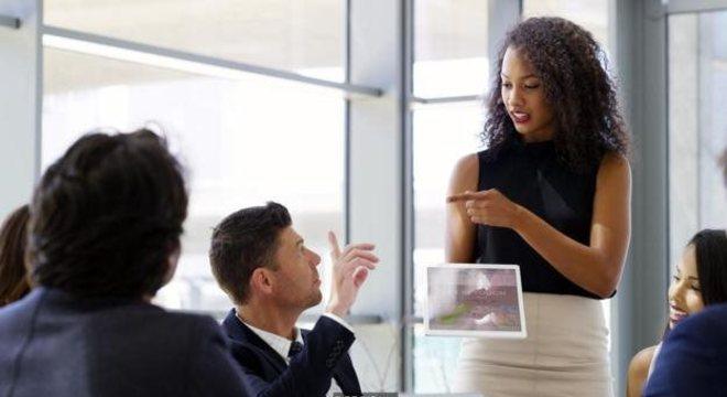 """Pesquisa do LinkedIn sobre as habilidades de trabalho mais procuradas pelos empregadores em 2019 revelou que as três """"habilidades sociais"""" mais procuradas eram criatividade, poder de persuasão e capacidade de colaboração"""