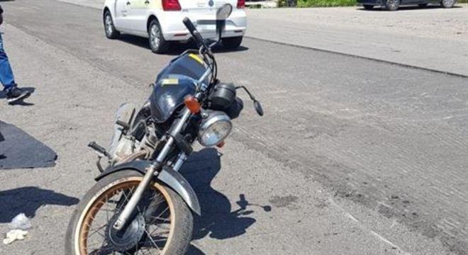 Mulher estava em uma caminhonete. Motociclista caiu do veículo e estava na pista quando foi atropelado.