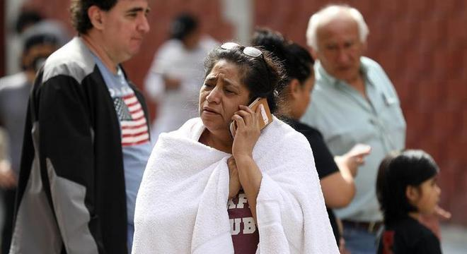Mulher fala ao telefone após deixar sua casa durante terremoto no México