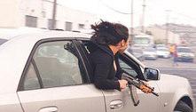 'Velho oeste': mulher posa com AK-47 dentro de carrão em movimento