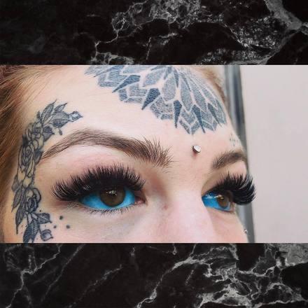 Ela ficou três semanas completamente cega após tatuar os olhos