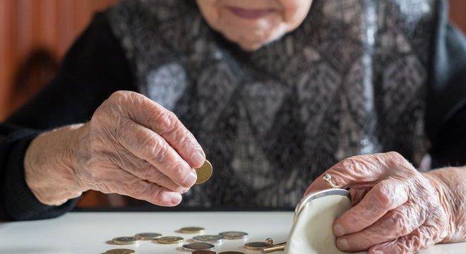 Pesquisadores sugerem mecanismos de 'poupança solidária' para apoiar famílias vulneráveis, que não podem poupar