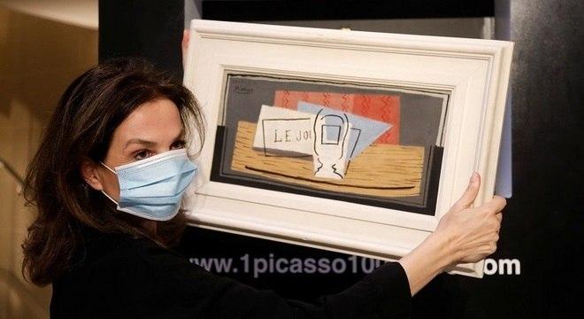 """Organizadora do evento posa com a pintura """"Nature Morte, 1921"""", de Picasso"""