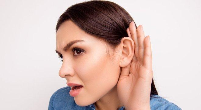 A perda auditiva de inclinação invertida é geralmente é hereditária, embora também possa ocorrer durante períodos de estresse