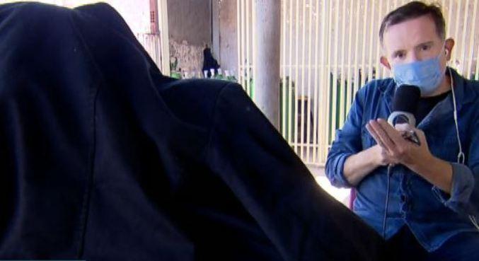 Com rostos cobertos, mulher e tia de Lázaro falaram com a Record TV