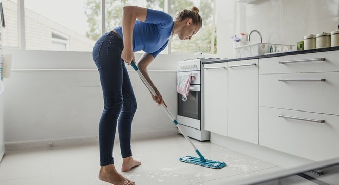 Brasileiras dedicam em média oito horas semanais a mais que os homens a trabalhos domésticos e não remunerados Elas são prejudicadas logo na entrevista de emprego