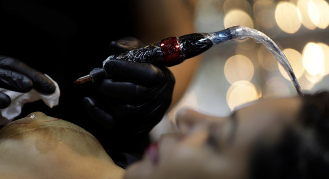 Mulher passa por reconstrução de mamilo por meio de tatuagem 3D