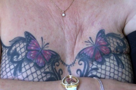 Tatuagem de sutiã fez mulher recuperar auto-estima