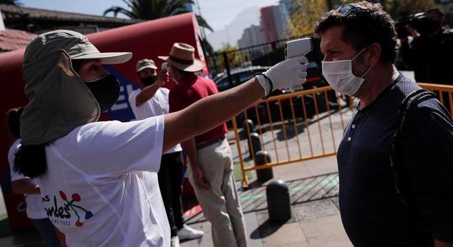 Equipe mede a temperatura de passantes em Santiago, no Chile