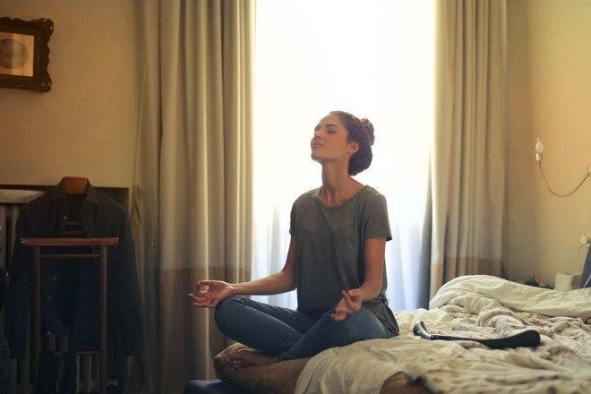 Segundo o especialista, adotar dois hábitos pode contribuir com a melhora desses sintomas: praticar exercícios físicos, que estimulam produção de endorfina, hormônio que provoca sensação de recompensa e bem-estar, e meditar, que induz um estado profundo de relaxamento, reduzindo, assim, o estresse e a ansiedade