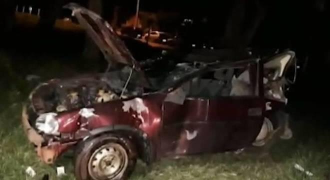 Carro ficou destruído após perder o controle, capotar e bater em árvore